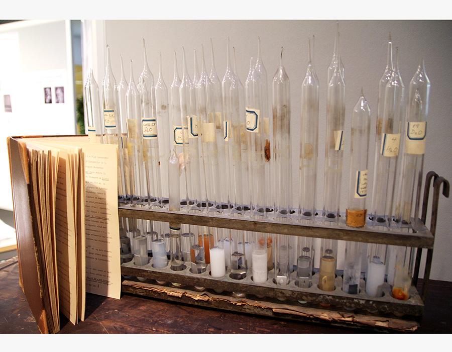 Glassrør fylt med tungtvann. Disse ble brukt i eksperimenter hvor det ble undersøkt hvordan forskjellige metallprøver reagerte på tungtvannet. Resultater fra slike forsøk ville være svært viktig ved bruk av tungtvann i forbindelse med kjernekraftanlegg. Eksempelvis ville korrosjon i beholdere med tungtvann være katastrofalt. Kilde: NTNU universitetshistoriske samlinger. Foto: Per Henning/NTNU.