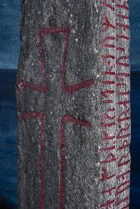 Detalj av Kulisteinen, med både korset og runeinnskriften synlig. Innskripsjonene ble oppmalt ved oppdagelsen i 1956. Foto: Åge Hojem, NTNU Vitenskapsmuseet