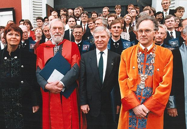 Første rekke fra venstre: Prorektor Rigmor Austgulen, æresdoktor Raymond Ian Page, æresdoktor Arve Tellefsen og rektor Emil Spjøtvoll. Foto: Jens Søraa, NTNU Info.