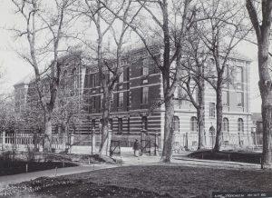 Munkegata 1 ble oppført i 1895-96 for Trondhjems Tekniske Læreanstalt (TTL) og var i bruk som skolebygning fra 1899. Etter at TTL ble avviklet, ble bygningen fra 1912 benyttet av Trondhjems tekniske mellomskole. Bygningen ble ombygd og ominnredet til bruk som rådhus 1929-30. Foto: Peder O. Aune/NTNU UB Lisens: CC BY-SA 4.0 ID: UBT-TO-071205_01
